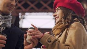 Equipe a doação de uma xícara de café a sua amiga, tentando aquecer-se no tempo frio video estoque