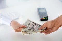 Equipe a doação do dinheiro ao caixa na janela do departamento de dinheiro, fotos de stock royalty free