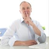 Equipe a doação de um gesto shushing com seu dedo Fotos de Stock