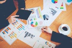 Equipe Doing Business dos trabalhos de equipa como uma unidade das reuniões de Team Corporate imagens de stock royalty free