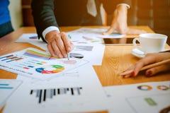 Equipe Doing Business dos trabalhos de equipa como uma unidade das reuniões de Team Corporate fotos de stock