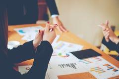Equipe Doing Business dos trabalhos de equipa como uma unidade das reuniões de Team Corporate imagens de stock