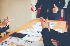 Equipe Doing Business dos trabalhos de equipa como uma unidade das reuniões de Team Corporate foto de stock
