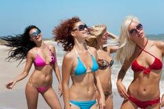 Equipe dos amigos na praia fotos de stock