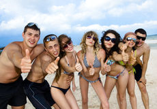 Equipe dos amigos que têm o divertimento na praia Foto de Stock