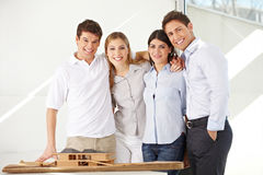 Equipe dos arquitetos com modelo da casa Imagens de Stock Royalty Free