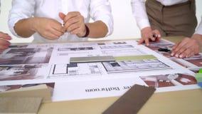 Equipe dos arquitetos que trabalham junto, modelos de exame, escolhendo, fala, corrigindo vídeos de arquivo