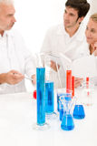 Equipe dos cientistas no laboratório - pesquisa Fotos de Stock Royalty Free