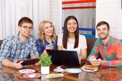 Equipe dos colaboradores do app que trabalham junto imagens de stock royalty free