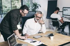 Equipe dos colegas de trabalho que fazem a grande discussão do trabalho no escritório moderno Conceito dos trabalhos de equipa do fotografia de stock