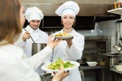 Equipe dos cozinheiros chefe na cozinha Imagem de Stock Royalty Free