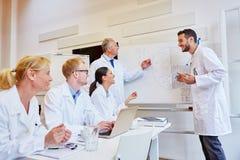 Equipe dos doutores durante o treinamento médico fotos de stock
