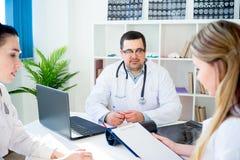 Equipe dos doutores no lugar de funcionamento Imagens de Stock