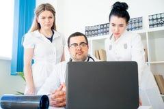 Equipe dos doutores no lugar de funcionamento Fotos de Stock
