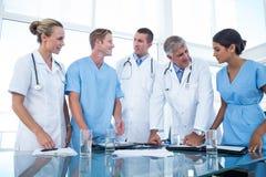 Equipe dos doutores que olham seus diários Fotografia de Stock Royalty Free