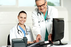 Equipe dos doutores que trabalham no computador Imagens de Stock