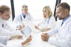 Equipe dos doutores que trabalham no escritório Fotos de Stock