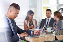 Equipe dos executivos bem sucedidos que têm uma reunião no escritório ensolarado executivo Foto de Stock