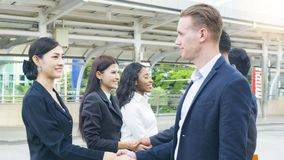 a equipe dos executivos do homem e mulher espertos fala e agita a mão Fotos de Stock Royalty Free