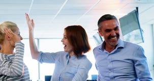 Equipe dos executivos empresariais que comemoram seu sucesso video estoque