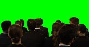 Equipe dos executivos empresariais que discutem sobre a tela invisível