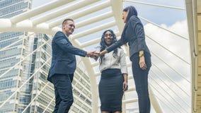 A equipe dos executivos fala e junta-se à mão no bom sentimento na OU fotos de stock royalty free
