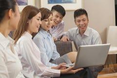 Equipe dos executivos que trabalham junto Imagem de Stock Royalty Free