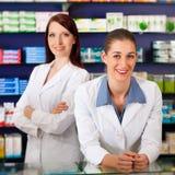 Equipe dos farmacêuticos na farmácia Fotografia de Stock