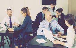 Equipe dos gerentes que têm um dia produtivo no escritório imagens de stock royalty free