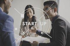 A equipe dos grupos nova começa acima a aspiração do lançamento do negócio ao futuro imagens de stock royalty free