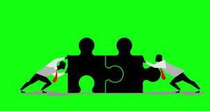 Equipe dos homens de negócios da animação dois que trabalha no fundo de tela verde