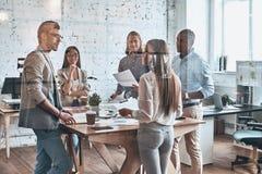 Equipe dos inovadores Grupo de povos modernos novos em ocasional esperto imagens de stock