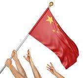 A equipe dos povos entrega o levantamento da China bandeira nacional, rendição 3D isolada no fundo branco Fotos de Stock