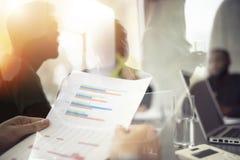 A equipe dos povos trabalha junto em estatísticas da empresa Conceito dos trabalhos de equipa e da parceria Exposição dobro imagens de stock royalty free