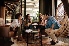 Equipe dos profissionais incorporados que têm a discussão na reunião Imagem de Stock Royalty Free