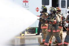 Equipe dos sapadores-bombeiros na luta Fotos de Stock Royalty Free