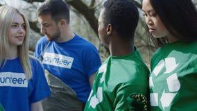 Equipe dos voluntários durante o trabalho video estoque