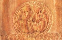 Equipe e duas figuras da mulher no relevo da parede de pedra do templo hindu do século VII, cidade Aihole, Índia Arquitetura cinz Fotos de Stock