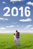 Equipe e seu filho que olha os números 2016 Imagens de Stock Royalty Free