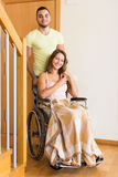 Equipe e sua esposa na cadeira de rodas na porta Fotos de Stock Royalty Free