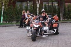 Equipe e uma mulher em uma motocicleta enorme em uma convenção do motociclista Mosc fotografia de stock
