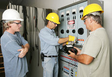 Equipe elétrica no trabalho imagens de stock