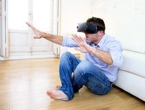 Equipe em casa os óculos de proteção 3d de utilização entusiasmado do sofá do sofá que olham 360 vir Foto de Stock