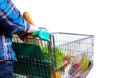 Equipe a empurrão do carrinho de compras completamente do branco isolado alimento foto de stock