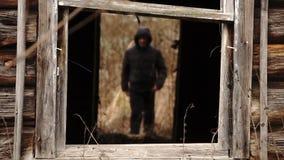 Equipe entrar em uma entrada escura de uma casa de madeira destruída abandonada video estoque