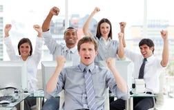 Equipe entusiástica do negócio que comemora o sucesso imagens de stock