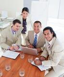 Equipe entusiástica do negócio que tem uma sessão de reflexão imagem de stock