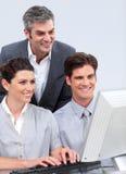 Equipe entusiástica do negócio que trabalha em um computador imagem de stock