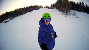 Equipe a equitação no snowboard com a vara do selfie em sua mão video estoque