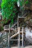 Equipe escadas feitas na caverna no penhasco rochoso imagem de stock